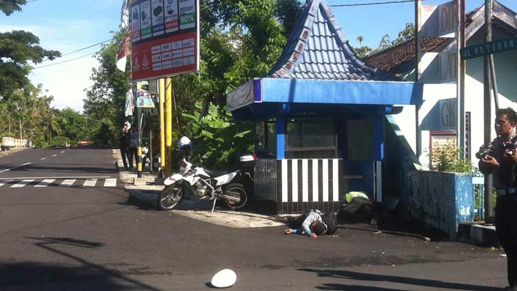 Polisi terkapar akibat ledakan bom saat simulasi anti terorisme di Penmas, Kepek. KH/ Maria Dwianjani