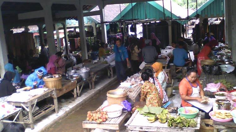 Pedagang berjualan di Pasar Wot Galih. KH/ Edo