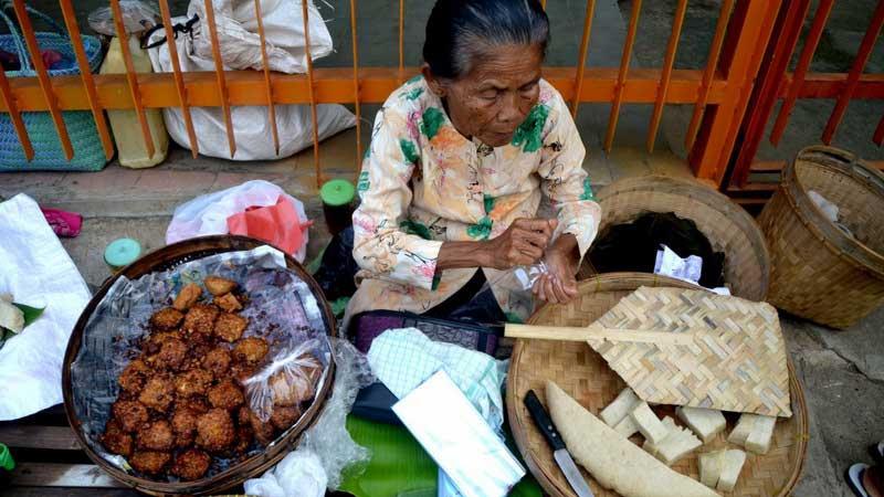 Simbah penjual puli dan tempe di Semanu. KH/WG.