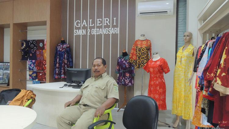 Galeri SMKN 2 Gedangsari penuh pajangan hasil karya. KH/ Kandar