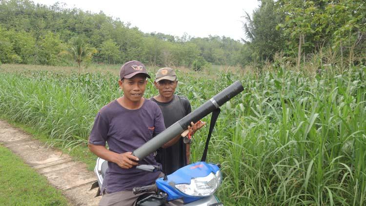 Petani bersiap menjaga lahan dari serangan kera. KH/ Kandar