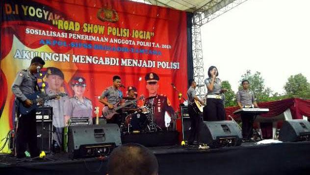 Polisi bermain musik dalam rangka sosialisasi penerimaan Polri. KH/ Edo