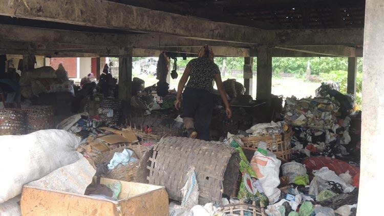 Penyortiran sampah di TPAS Wukirsari, Baleharjo. KH/ Kandar