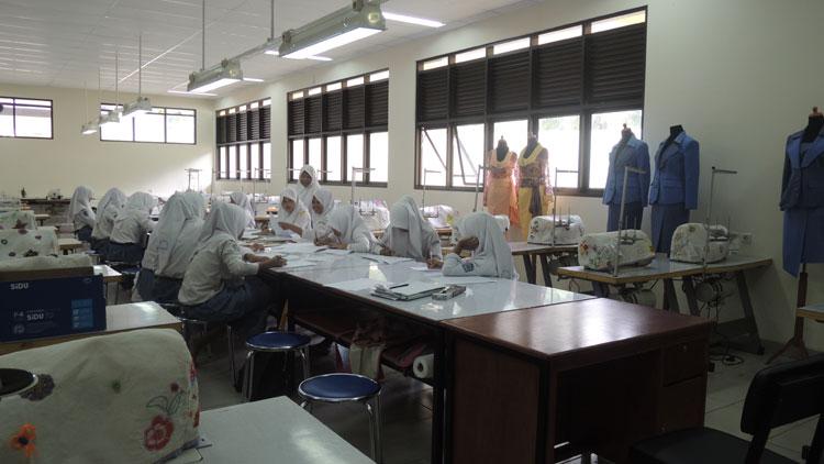 Suasana praktek desain pakaian di SMKN 2 Gedangsari. KH/ Kandar