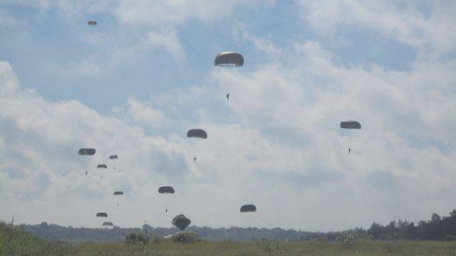 Ratusan Pasukan TNI AU melakukan latihan terjun. KH/ Edo