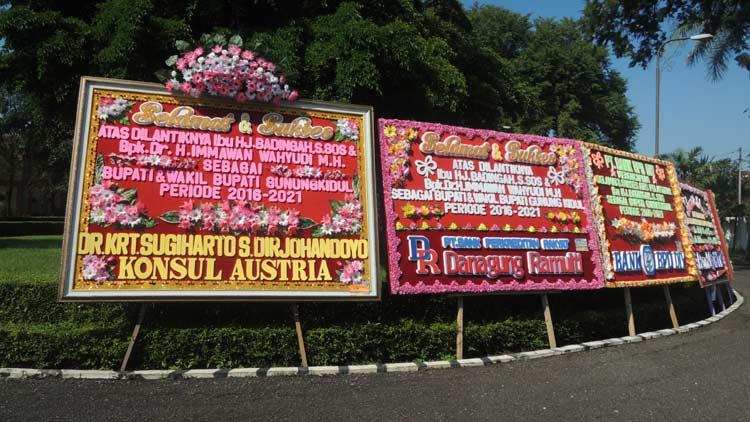 Karangan bunga ucapan selamat atas Pelantikan Badingah-Immawan di Bangsal Sewoko Projo. KH/ Kandar