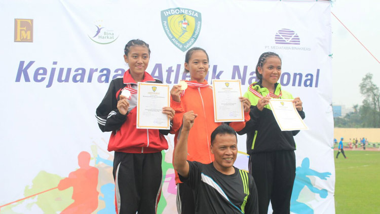 Tria Suryatiningsih (tengah), saat menerina hadiah juara 1 di Jakarta.