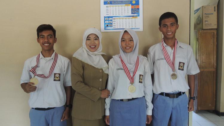 Fadmiyati, M.Pd Kepala Sekolah SMA N 2 Playen bersama siswa peraih medali. KH/ Kandar