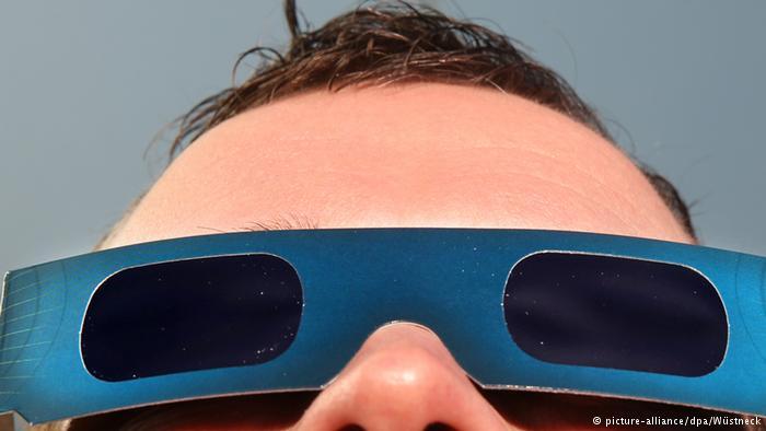 Melihat langsung gerhana matahari dengan kacamata gerhana. KH/dw.com