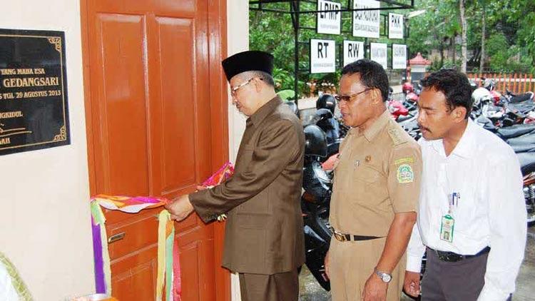 Kepala KPAD Gunungkidul didampingi Camat Wonosari meresmikan Perpusdes Taman Ilmu. KH/ Bara