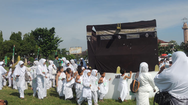 Siswa siswi TK/ RA Masyithoh melaksanakan kegiatan Manasik Haji. KH/ Kandar