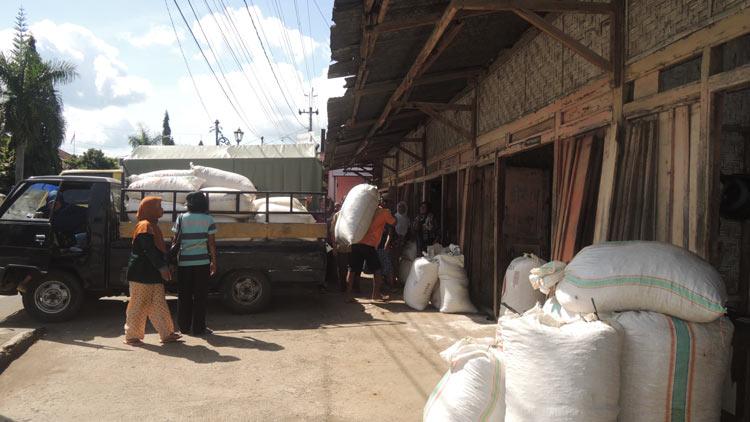 Suasana jual beli palawija di Pasar Palawija, Purwosari, Baleharjo, Wonosari. KH/ Kandar