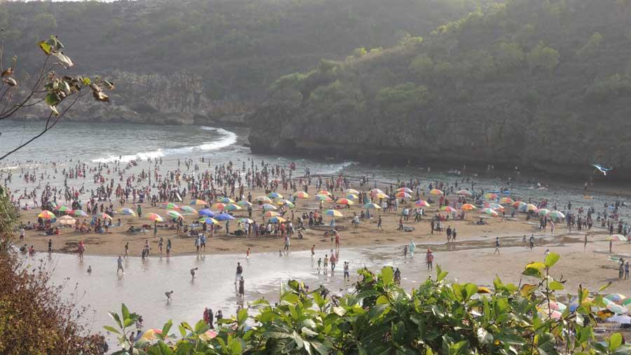 Pantai Baron ramai saat musim liburan, KH/ Kandar.