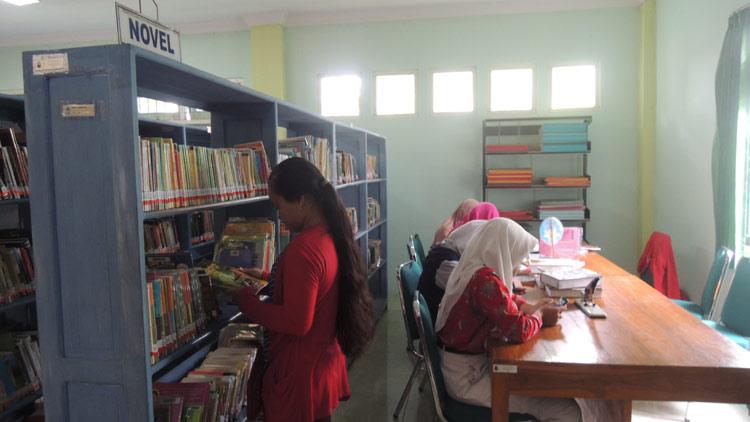 Pengunjung Perpustakaan sedang memilih buku. KH/ Kandar.