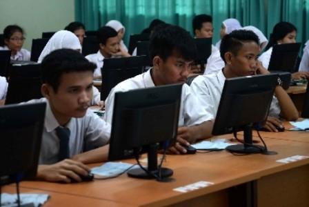 Siswa mengikuti Ujian Nasional. KH