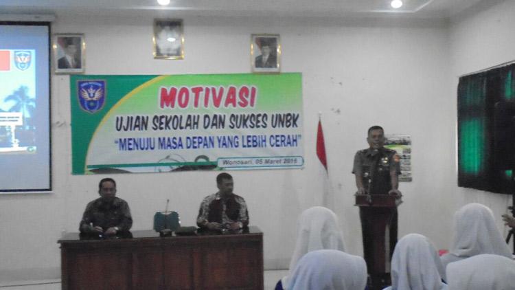 Brigjen Joni Supriyanto Kasdam IV/ Diponegoro Alumnus SMA N 2 Wonosari memberikan motivasi kepada siswa. KH/ Edo