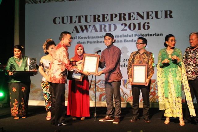 Sugeng Handoko menerima penghargaan di Jakarta. KH/ Doc pribadi.