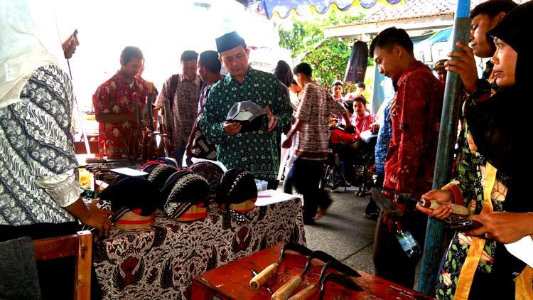 Drs Mustangid melihat produk salah satu stand wirausaha siswa SMK YAPPI. KH/ Kandar