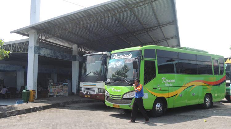 Bus angkutan Wonosari-Yogyakarta sedang ngetem di Terminal Dhaksinarga Wonosari. KH/ Kandar
