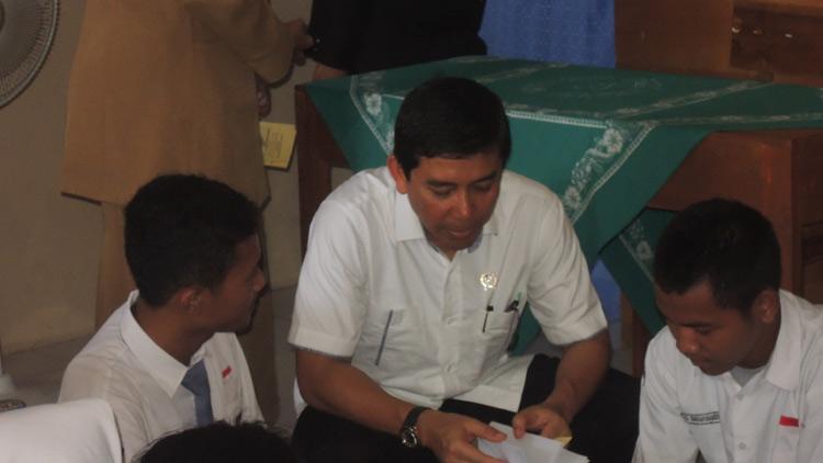 Yuddy Chrisnandi saat berbincang dengan siswa SMK N 3 Wonosari. KH/ Kandar