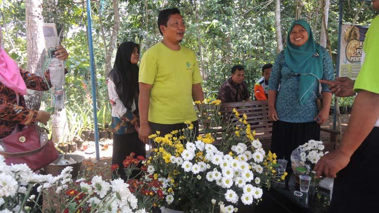 Sudiyono, pengembang Bunga Krisan saat promosi pada acara festival 1001 Sompil. KH/ Kandar