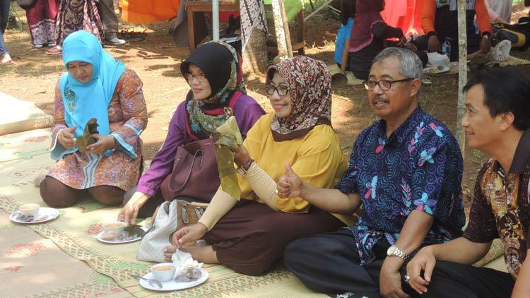 Badingah dan Haryo Ambar menikmati Sompil seusai membuka festival 1001 Sompil di Desa Salam, Patuk. KH/ Kandar.