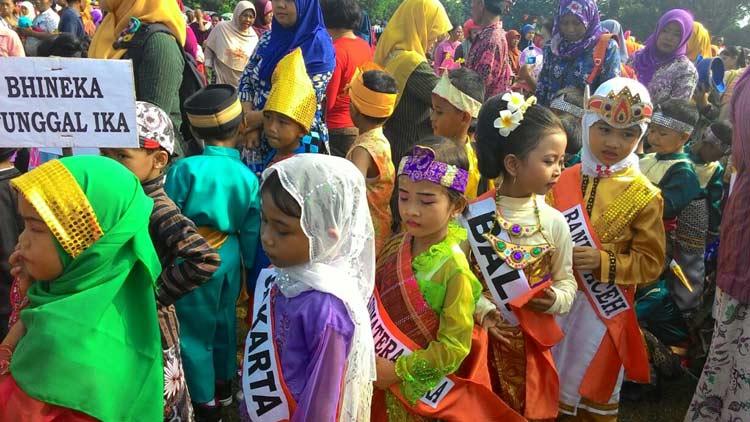 Rombongan pakaian adat  provinsi di Indonesia dalam kirab Gebyar PAUD Wonosari 2016. KH/ Kandar
