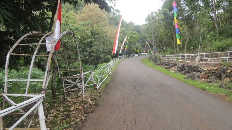 Gapura dan pagar bambu seadanya pada ruas jalan utama Desa Krambilsawit, Saptosari. KH/ Kandar.