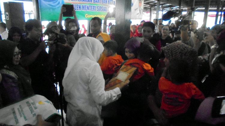 Mensos RI, Khofifah Indar Parawansa menyerahkan bantuan. KH/ Edo