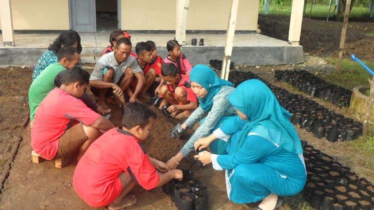 Guru dan siswa SDN Tunggaknongko melaksanakan kegiatan penghijauan (KMDM). KH/ Sarwo