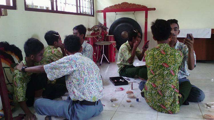 Kegiatan lomba Kartinian di SDLB Wonosari 1. KH/ Edo.