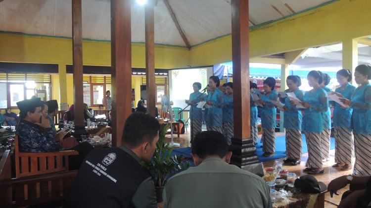 Kesenian Panembromo Desa Giricahyo memberikan hiburan kepada Tim Penilai. KH/ Kandar