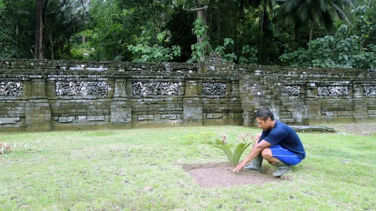 Juru Pelihara Situs Gembirowati, Joko Priyono saat bertugas merawat area situs. KH/ Kandar