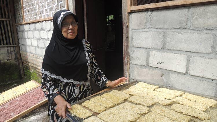 Suti Rahayu menunjukkan Mie, produk olahan singkong dalam proses penjemuran. KH/ Kandar