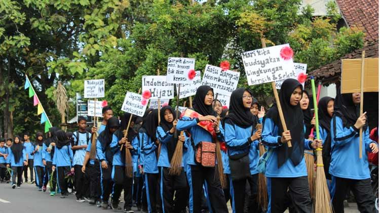 Aksi damai siswa SMP N 1 Ponjong menuju Pasar Karangijo untuk melakukan Aksi Bersih Pasar. KH/ Kandar