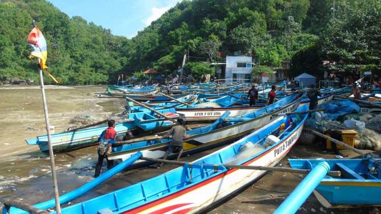 Puluhan kapal nelayan di Pantai Baron rusak diterjang gelombang.  KH/ Edo