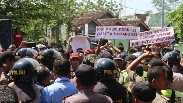 Aksi warga Desa Bunder menuntut kadesnya lengser. KH/ Edo