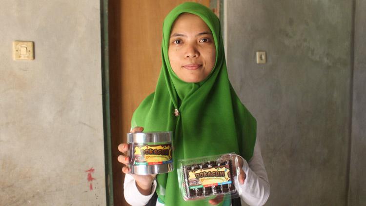 Ari Anggraini dengan Dodol Coklat hasil produksinya. KH/ Edo