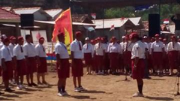 Upacara Bendera Festival Kathok Abang di Pantai Watu Kodok, Tanjungsari. KH