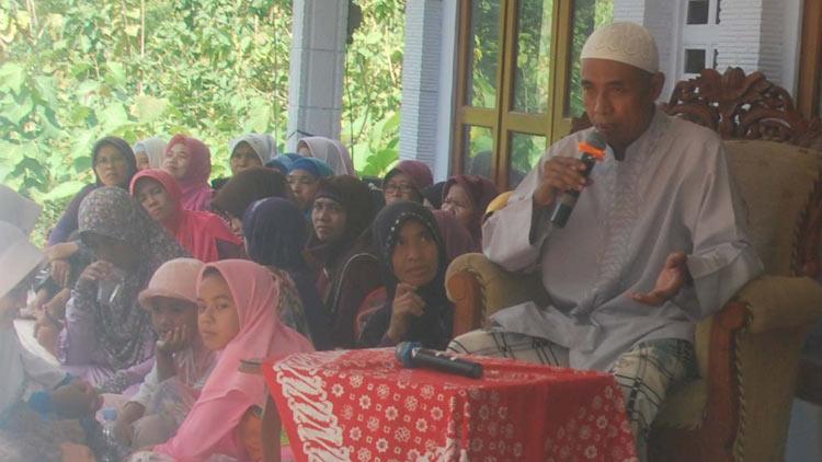 Pengajian masyarakat Karangmojo oleh Ustadz KH Henri Sutopo Pimpinan PP Krapyak. KH/ Sarwo