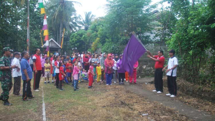 Pemberangkatan peserta Jalan Sehat HUT Ke 40 Paguyuban Warga Dawe. KH/ Sarwo