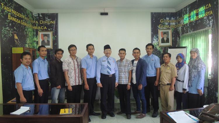 Anggota komunitas TIK IPI berfoto bersama PD IPI Gunungkidul, Ali Ridlo. KH/ Kandar