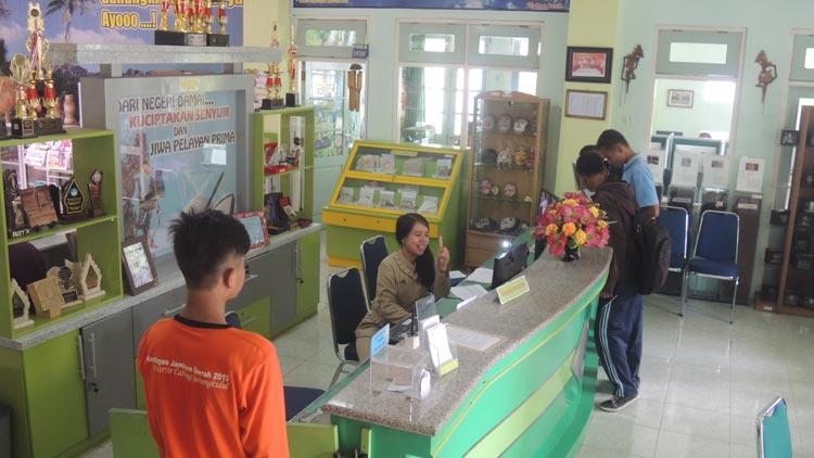 Pengunjung di KPAD/ perpustakaan daerah.
