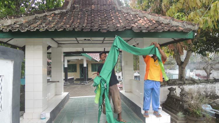 Persiapan di Makam Bupati Pertama, Mas Tumenggung Pantjadirja, Ponjong. KH/ Kandar