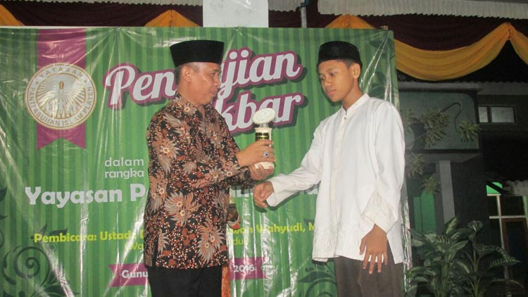 Wakil Bupati, Immawan Wahyudi menyerahkan penghargaan kepada salah satu anak asuh. KH/ Edo