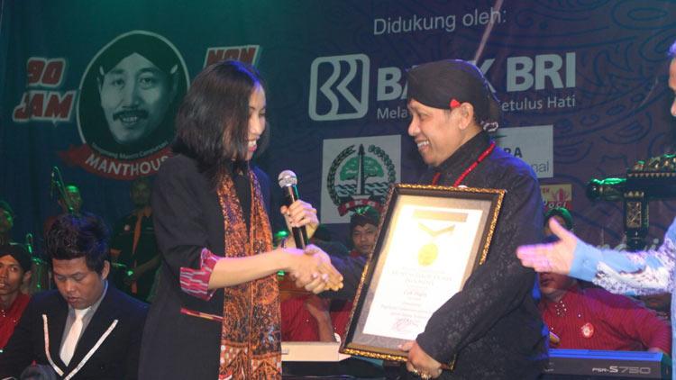Cak Dikin menerima penghargaan Rekor MURI Campursari 90 Jam. KH/ Edo