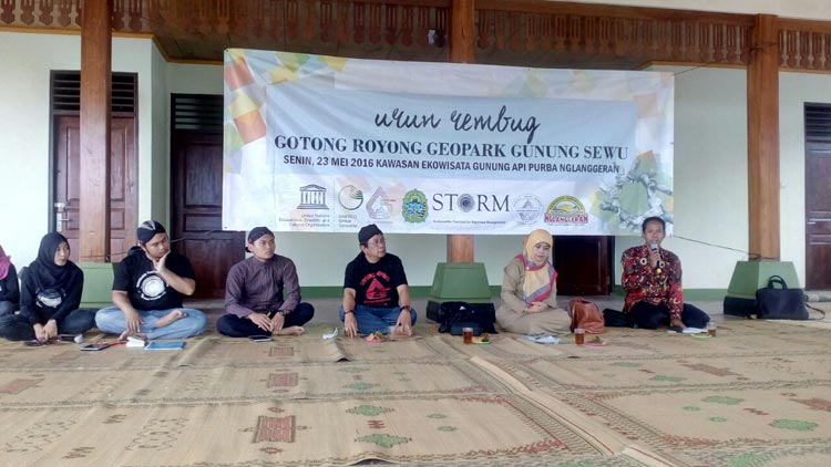 Pelakasaan Urun Rembug Gotong Royong Geopark Gunung Sewu di Pendopo Embung Nglanggeran. KH