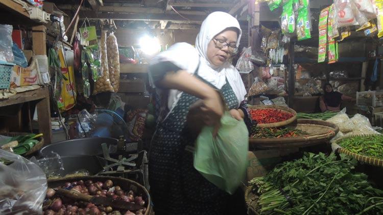 Pedagang Pasar Argosari, Mardi sedang melayani pembeli. KH/ Kandar