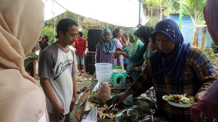 Pengunjung akan menikmati berbagai masakan tradisional (cita rasa ndeso). KH/ Kandar