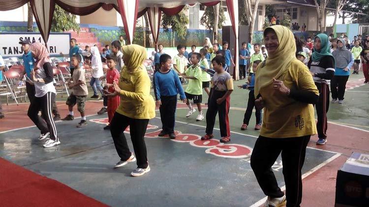 Senam sehat di SMA N Tanjungsari diikuti Bupati Gunungkidul, Minggu, (15/5/2016). KH